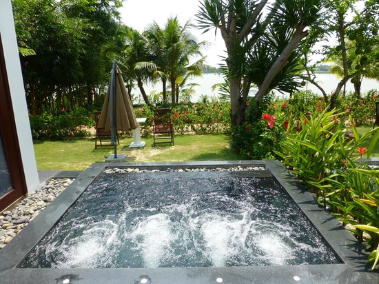 Hoi An Silk Marina Resort & Spa: Jacuzzi outside Villa 101