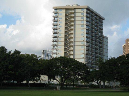 Luana Waikiki Hotel & Suites: Hotellet set fra parken