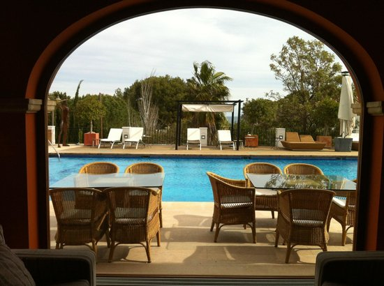 Les Rotes Hotel: View of the pool from the lobby