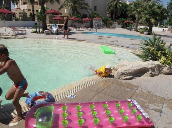 Crown Resorts Henipa: Бассейн с пляжным заходом