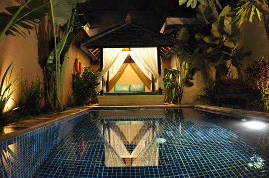 Bali Yubi Villa: Pool by night