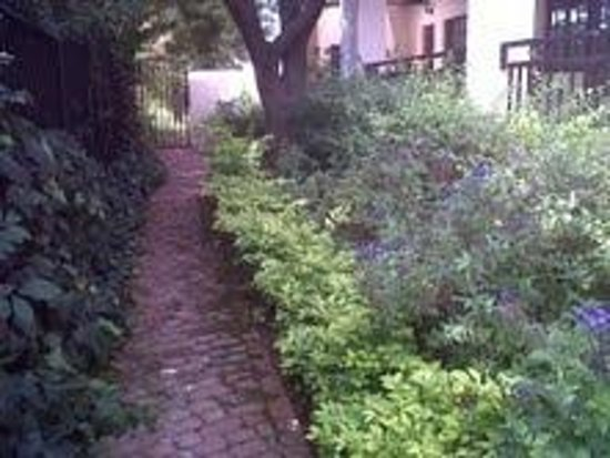 Kleinbosch Lodge: Beautiful gardens along the front of our cottage