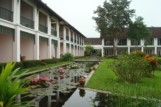 The Grand Luang Prabang Hotel & Resort: Lotosteiche vor den Terrassen