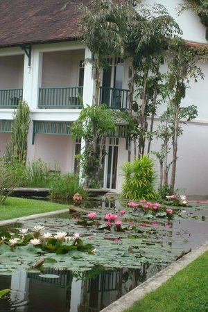 The Grand Luang Prabang Hotel & Resort: Garten mit Teich