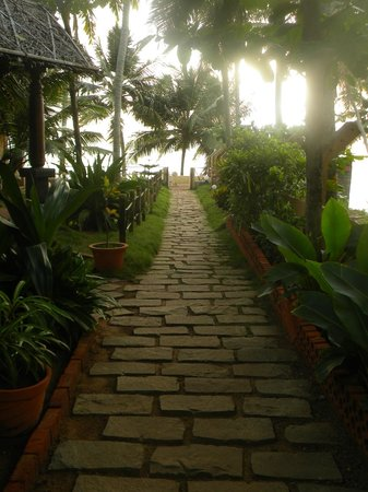 WoodHouse Beach Resort: Walk way