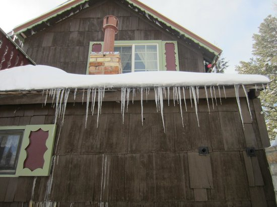 Frisco Lodge: Cool icicles on outside of B&B