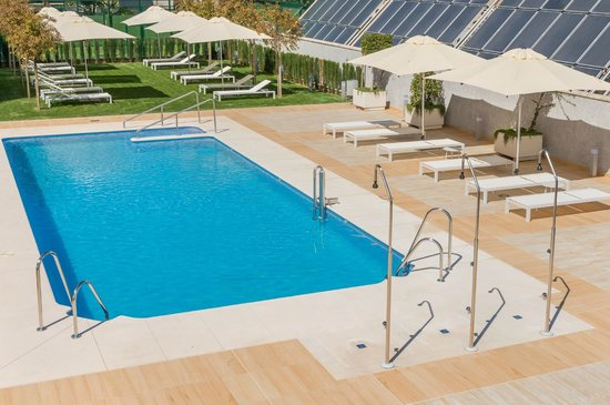 Hilton Garden Inn Sevilla: free outdoor pool and solarium