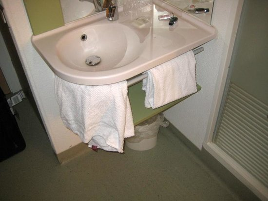 Ibis Budget Brussels South Ruisbroek: Sink area works well enough