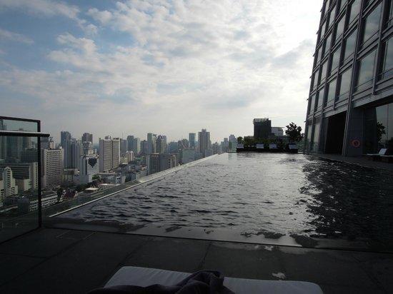 The Okura Prestige Bangkok: 日陰のプール