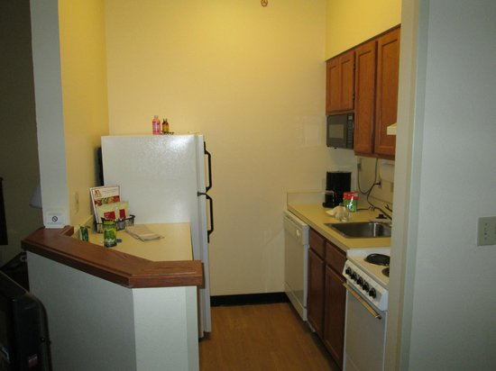 TownePlace Suites Cincinnati Blue Ash: Kitchen in Queen Size Room