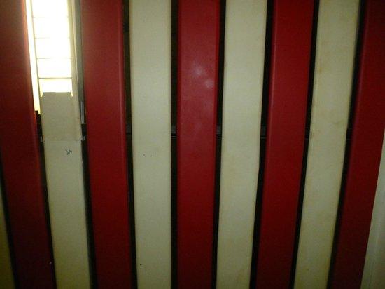 Hotel Stromboli: techo del baño con humedades