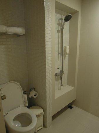 Citadines Sukhumvit 23 Bangkok: トイレとシャワー