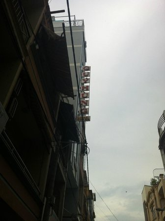 Quy Hung Hotel : Outside view of Hotel