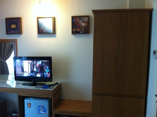 Quy Hung Hotel : LCD TV with plenty of cable channels; Mini-Bar with well stock contents, spacious cupboard