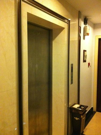 Quy Hung Hotel : Lift to all levels