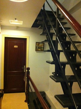 Quy Hung Hotel : Stairs all the way up! There's lift to every level anyway.