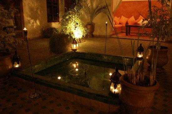 Riad Massiba: La patio et la fontaine de nuit