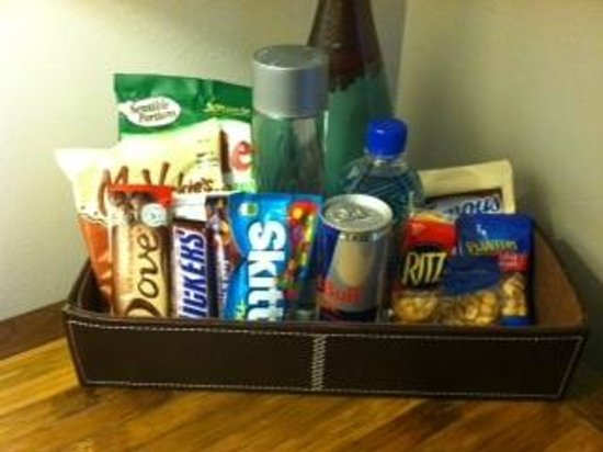 Hotel Beverly Terrace: Minibar w/ hidden pricelist.
