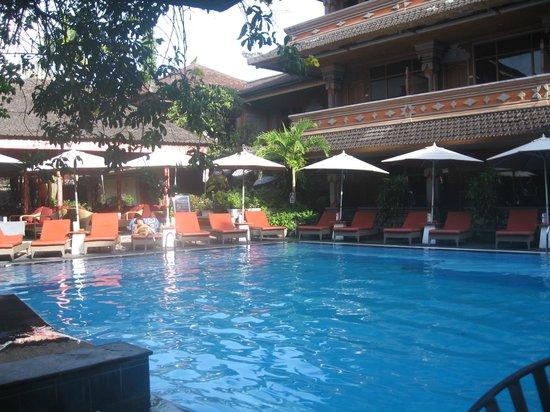 Wina Holiday Villa Hotel: Pool area (not the swim-up-bar-pool)
