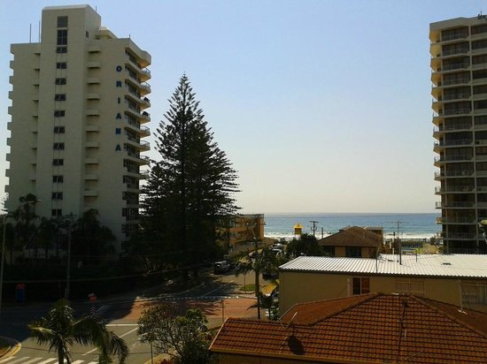 Warringa Surf Apartments: View from balcony towards the ocean