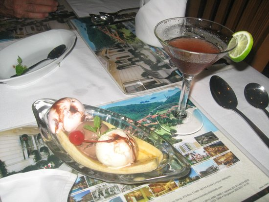 Wina Holiday Villa Hotel: Dessert and cocktail in the hotel restaurant
