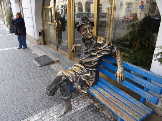 """Hotel Modra Ruze: Ein müder """"Brinks"""" vor dem Modra Ruze"""