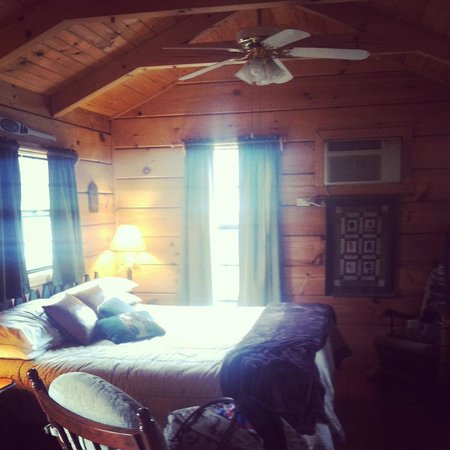 Arbor Cabins at Lake Lure: Magnolia, inside