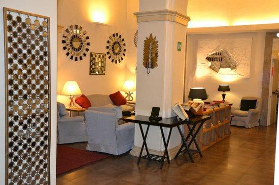 Hotel Adriano: afslapningsområde ved reception