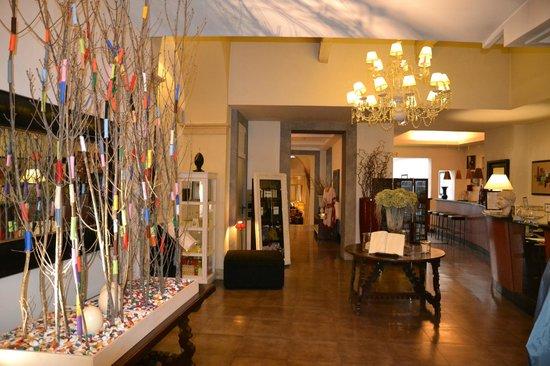 Hotel Adriano: receptionsområde med kig mod baren