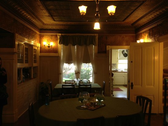 Hennessey House Bed and Breakfast: Dining room