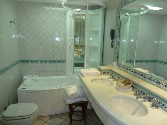 Hotel Eden Roc: bathroom with jacuzzi tub and shower