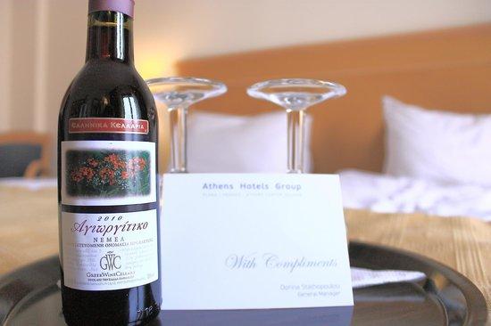 Plaka Hotel: Standard Room - Complimentary Wine