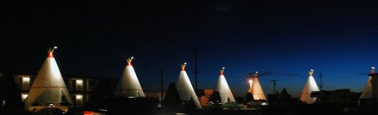 Wigwam Motel: At night