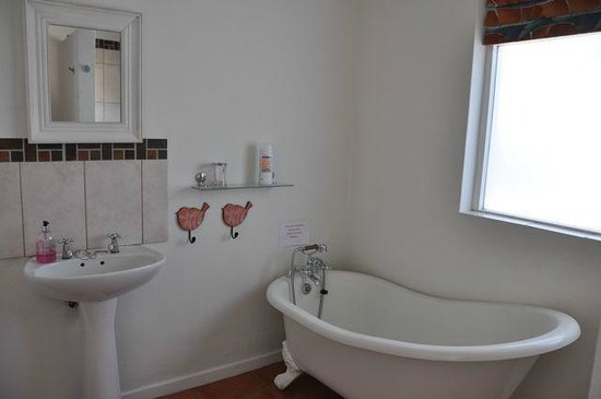 Cliff Cottage: Garden Cottage - spacious bathroom