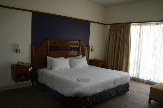 Loei Palace Hotel: Un lit immense et confortable