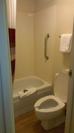 Red Roof Inn Cleveland - Independence: tiny rusted bathroom