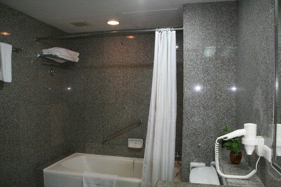 Loei Palace Hotel : La salle de bain, côté baignoire