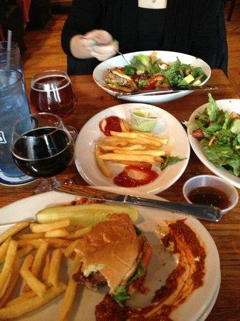 Pratt Street Ale House: Burger, beer, salad and fries