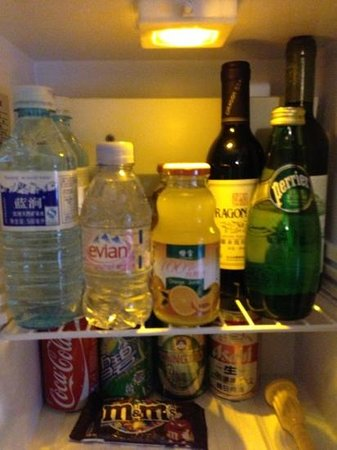 Novotel Xinqiao Beijing: mini fridge in room