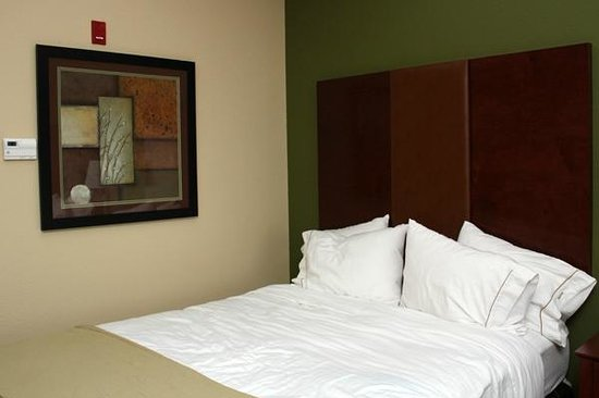 Holiday Inn Express and Suites Wytheville: Pretty, Earth Tones