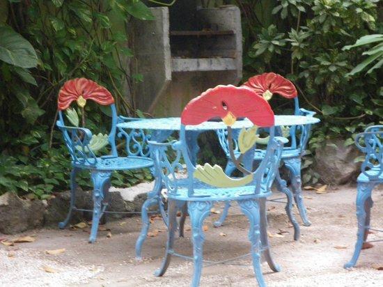 Hotel Colorado : sedie in giardino