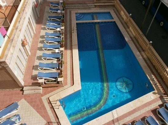 Iris Hotel: swimming pool of Iris, in  the shadow till 12.00 hrs