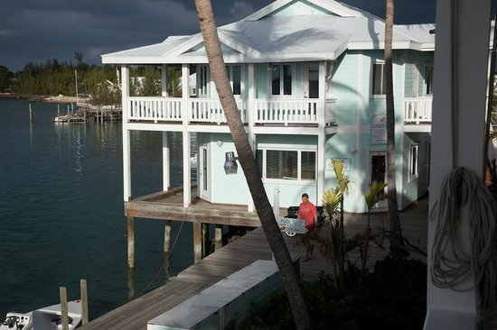 Conch Inn Hotel and Marina: Reception building from Curly Tails