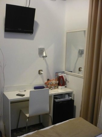 Hostal Comercial : tv,desk, lights,mirror, plug point