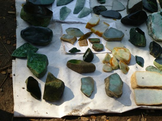 Mandalay, Birmânia: selection of jade stone