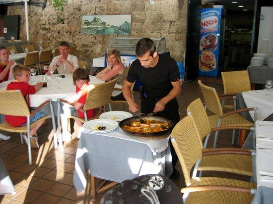 Restaurant Des Port: Servering direkt från paellapannan.