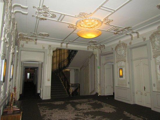 Savoy Hotel: Acesso aos quartos, com pé direito muito alto
