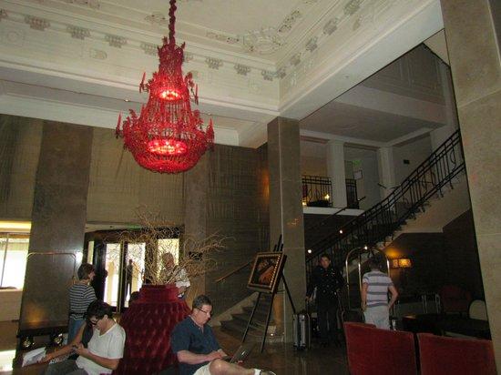 Savoy Hotel: Hall de entrada e acesso ao bar e café