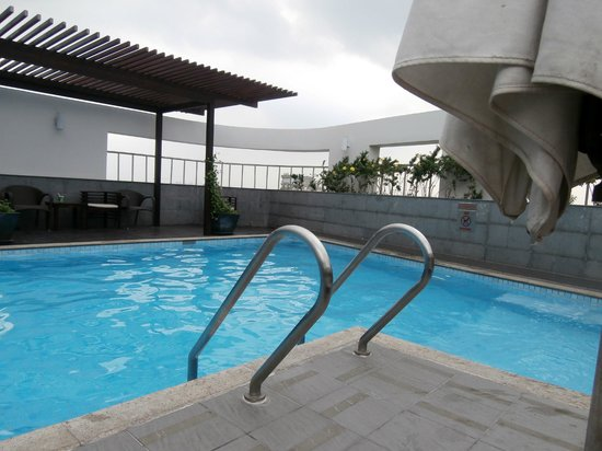 Liberty Central Saigon Centre Hotel: Roof pool