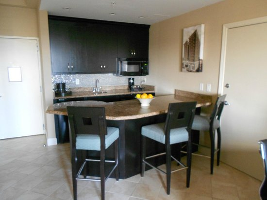 Crowne Plaza Orlando Downtown: Kitchen in Suite included Fridge Microwave and Dishwasher!